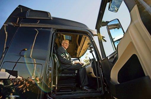 Am 2. Oktober 2015 macht sich Ministerpräsident Winfried Kretschmann bei Denkendorf ein Bild davon, wie automatisiertes Fahren im Lkw von Mercedes-Benz funktionieren kann. Foto: dpa