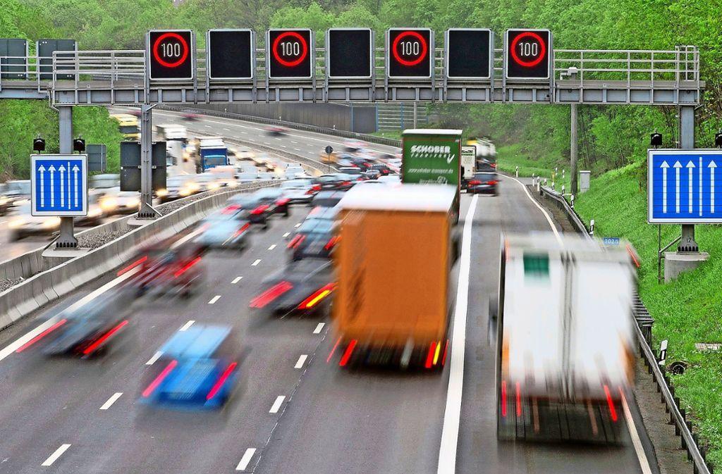 Zusätzliche Spur: Auf der A81 wird an einer Stelle demnächst der Standstreifen für den Verkehr freigegeben. Foto: dpa/Marijan Murat