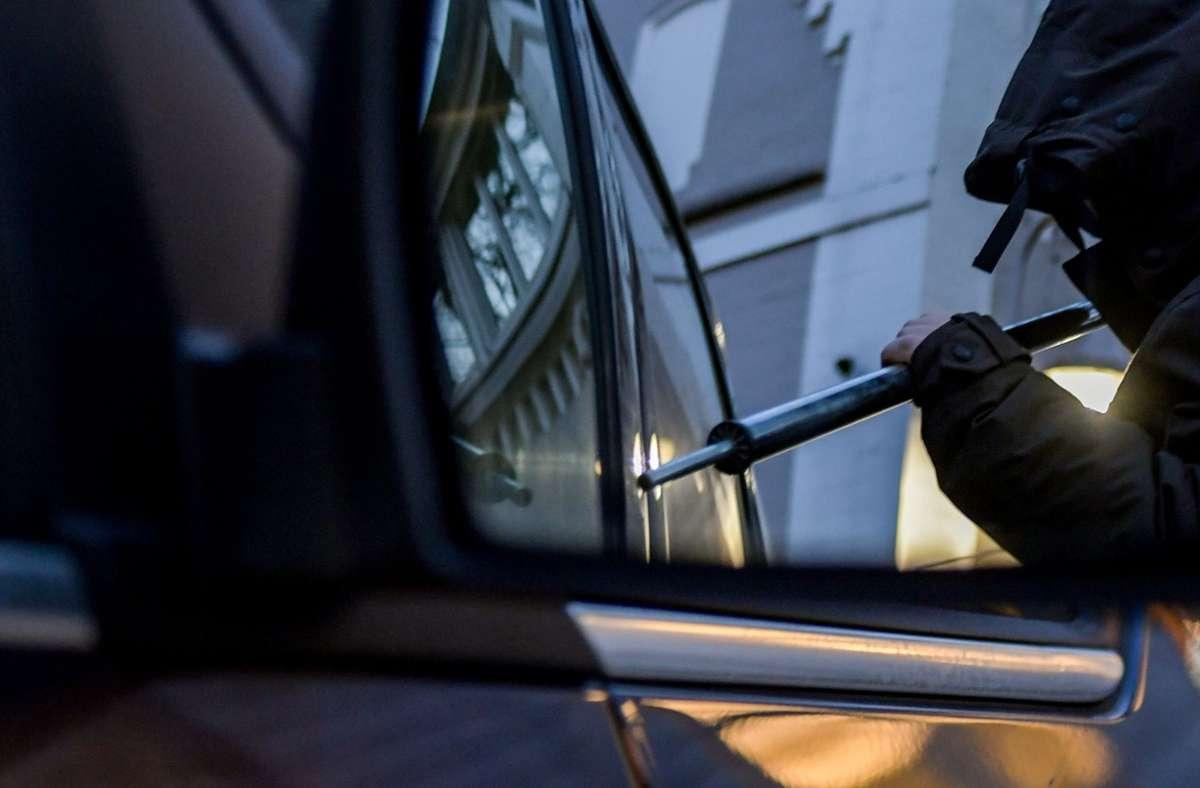Die Polizei sucht einen mutmaßlichen Täter, der in Stuttgart-West einen Transporter geknackt haben soll (Symbolfoto). Foto: dpa/Axel Heimken