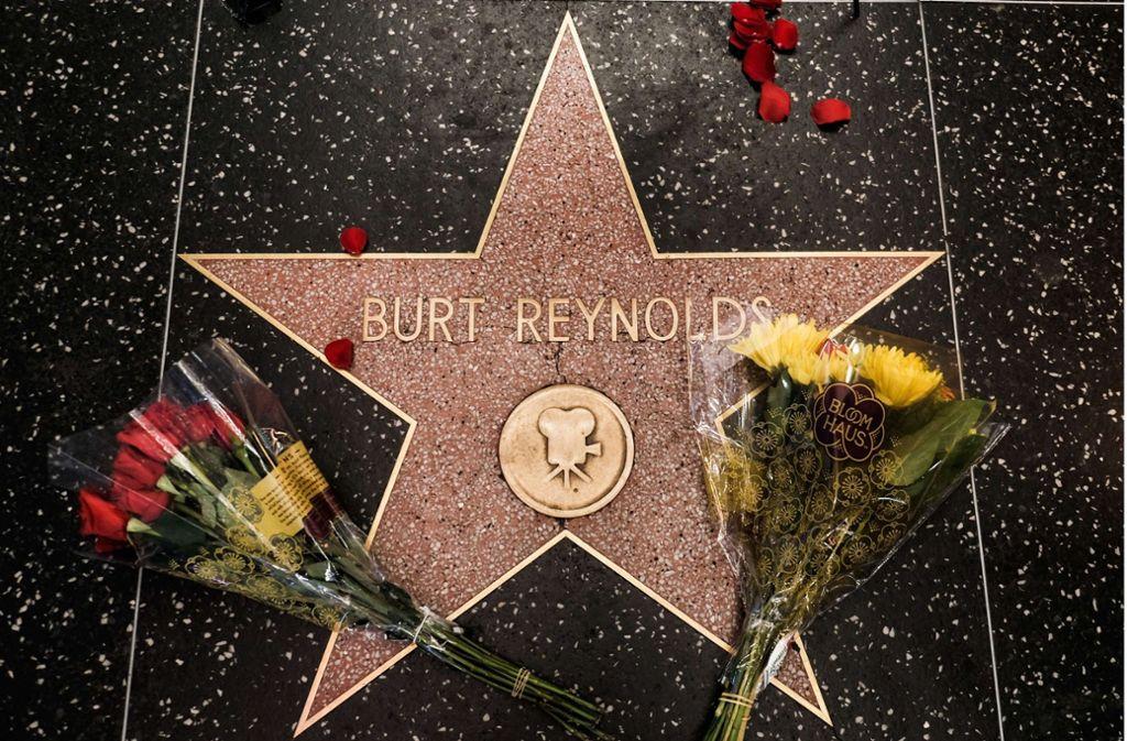 Auf dem Hollywood Walk of Fame haben Fans Blumen am Stern von Burt Reynolds niedergelegt. Foto:AFP Foto: