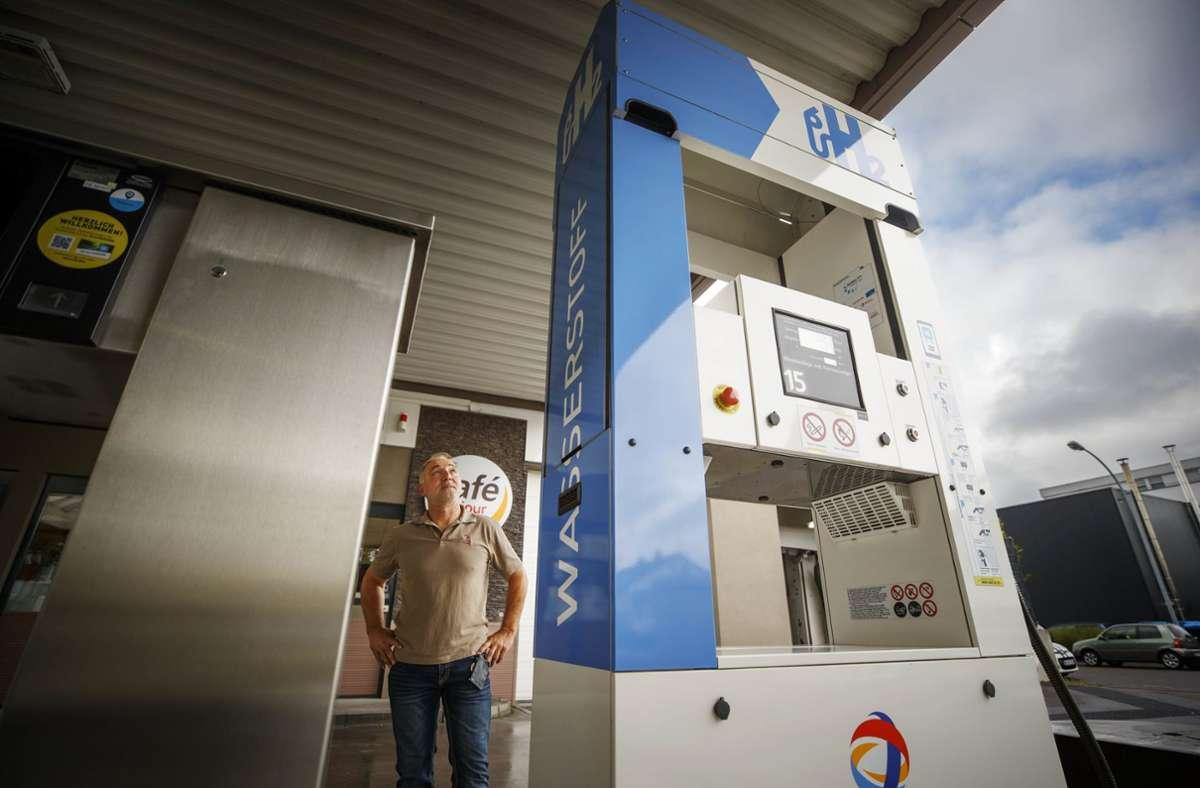 In Peter Eberles Tankstelle in Fellbach gibt es schon seit fünf Jahren Wasserstoff. Foto: Gottfried Stoppel