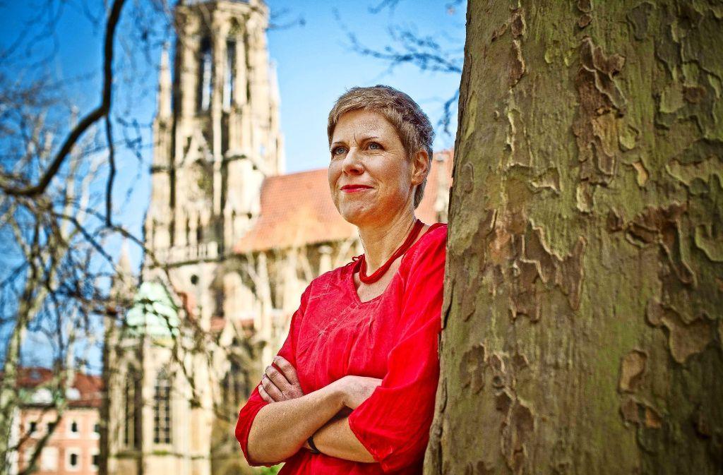 Sie hat Asterix Deutsch beigebracht: Elisabeth Kabatek am Stuttgarter Feuersee. Foto: Lichtgut/Max Kovalenko