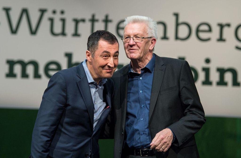 Der frühere Parteichef Özdemir (links) im Gespräch mit Kretschmann. Foto: dpa/Sebastian Gollnow
