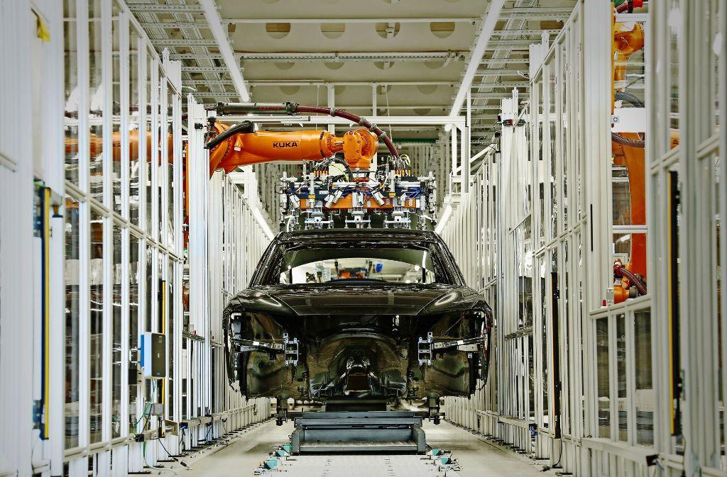 Für den Audi A8 wurde in Neckarsulm ein neuer Karosseriebau errichtet, wo 500 Roboter im Einsatz sind. Die Halle ist so groß wie elf Fußballfelder. Foto: Audi