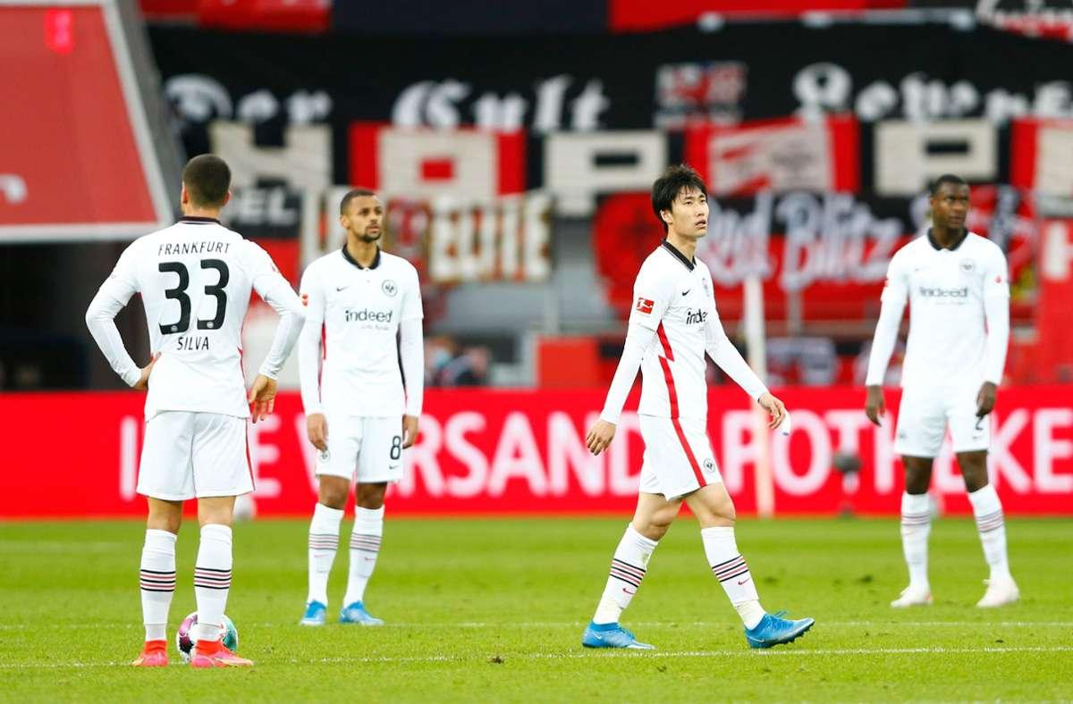 Enttäuschte Frankfurter nach der Niederlage gegen Leverkusen. Foto: dpa/Thilo Schmuelgen