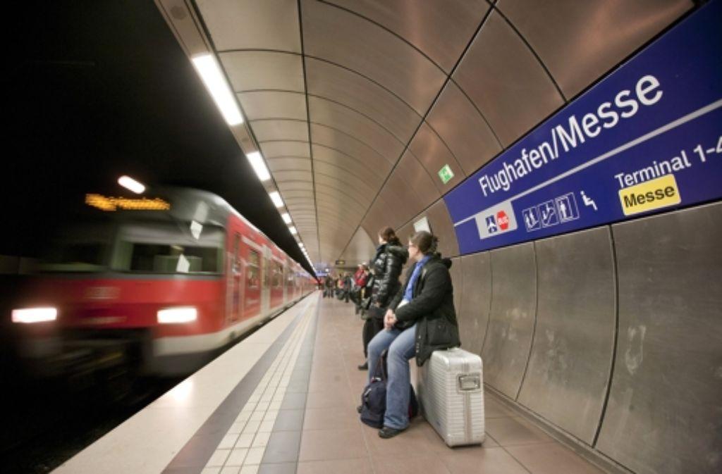 Am Flughafenbahnhof soll es ein drittes Gleis geben. Foto: Steinert