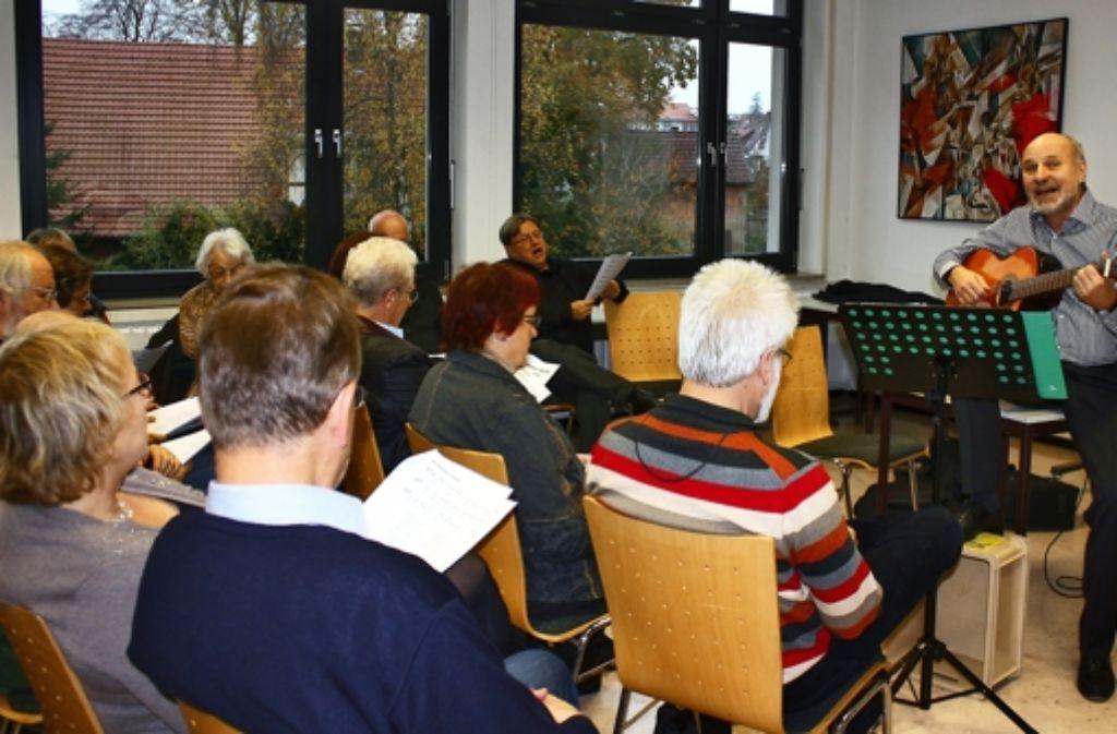 In der Volkshochschule Bernhausen hat der SPD-Politiker Rainer Arnold am Sonntagnachmittag mit 30 Teilnehmern Arbeiterlieder gesungen. Foto: Mara Veigel