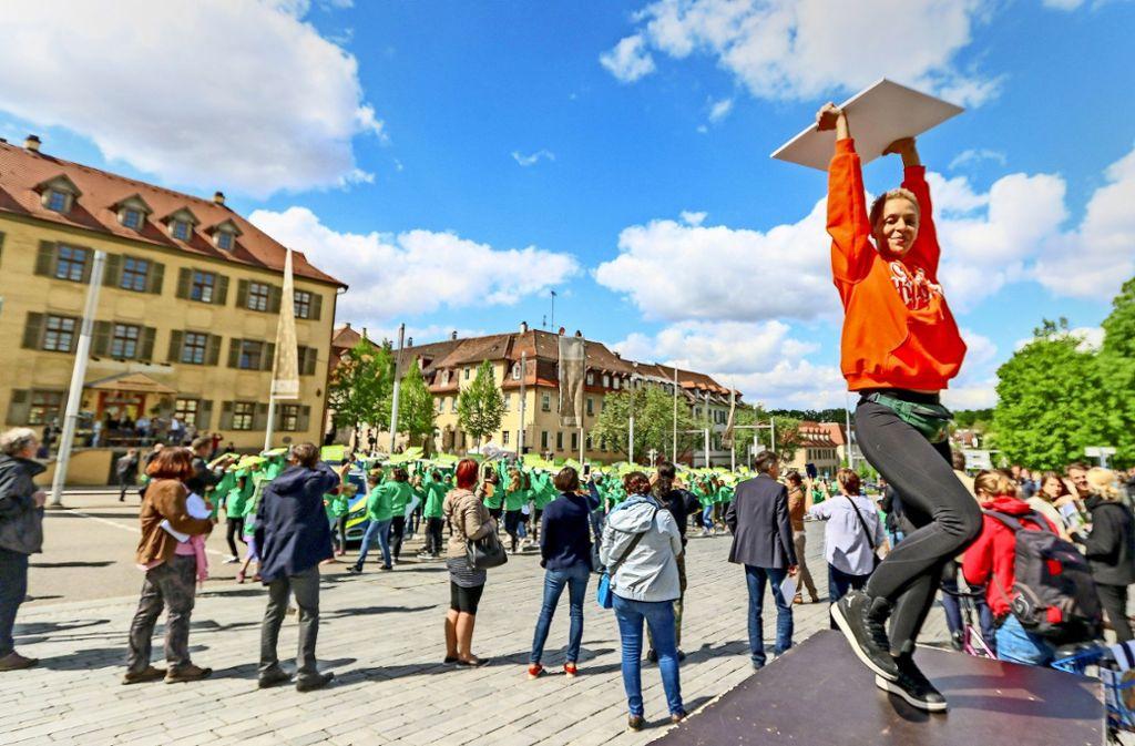 Fußgänger auf der B 27: Da sist die Vision für die nächsten zehn Jahre. Die Jury für die Landesgartenschau-Bewerbung  schaut  sich das virtuell schon mal an. Foto: factum/Granville/Stadt