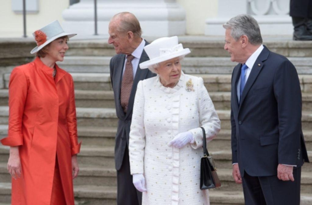 Staatsbesuch bei Joachim Gauck und Damiela Schadt: Die Queen und Prinz Philip im Schloss Bellevue. Foto: dpa