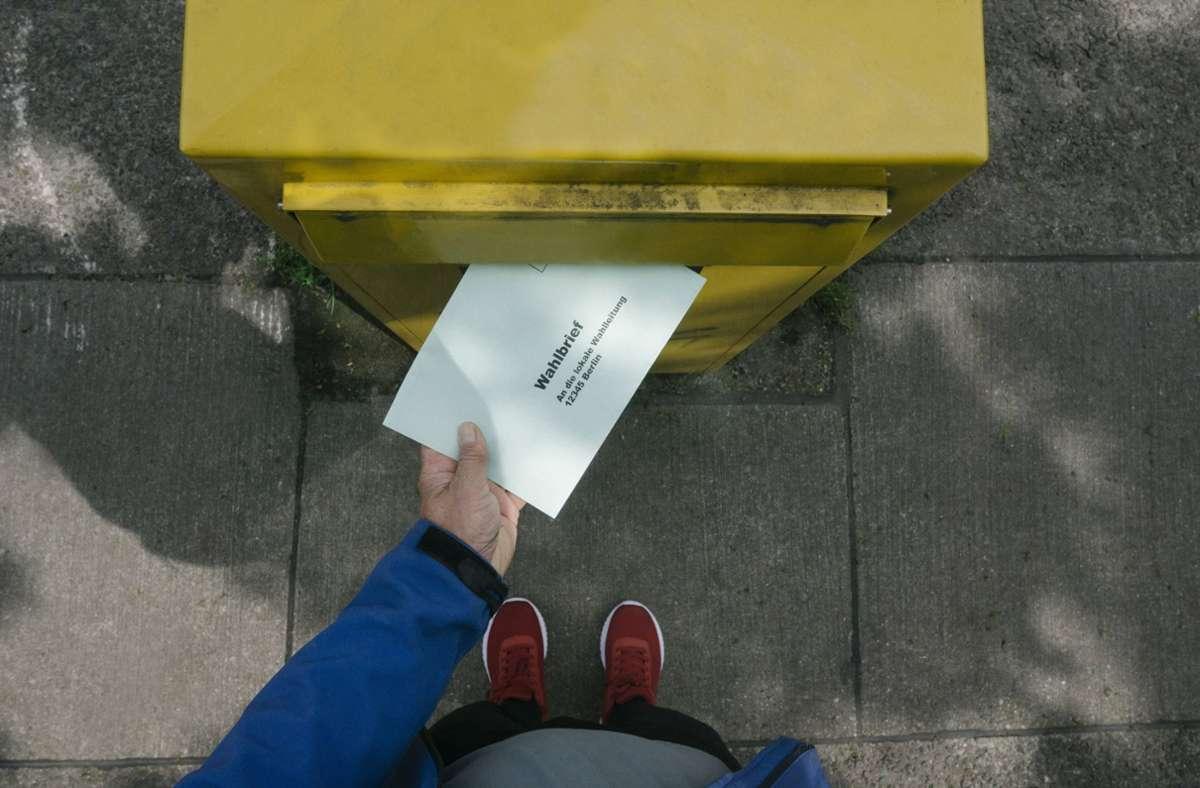 Wer den Wahlbrief mit der Post  schicken möchte, sollte diesen spätestens am dritten Werktag vor der Wahl absenden Foto: imago/Westend61