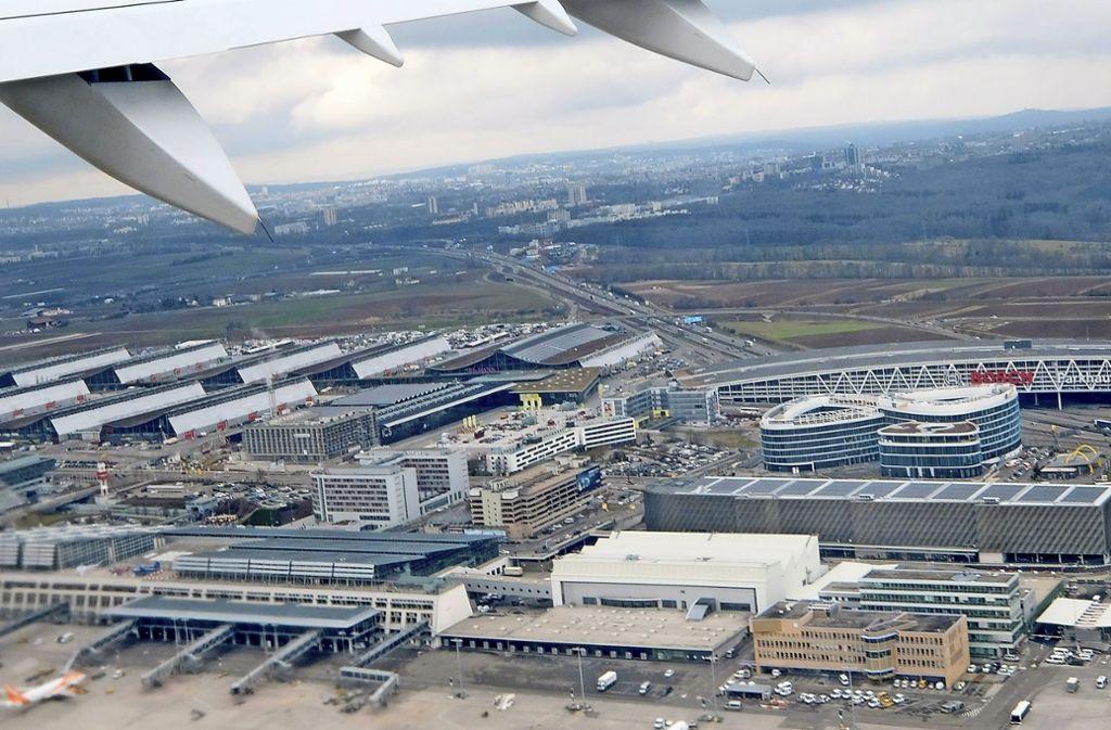 Landesflughafen und Messe sollen einen Fernbahnanschluss und einen Halt für die Gäubahn erhalten. Foto: dpa