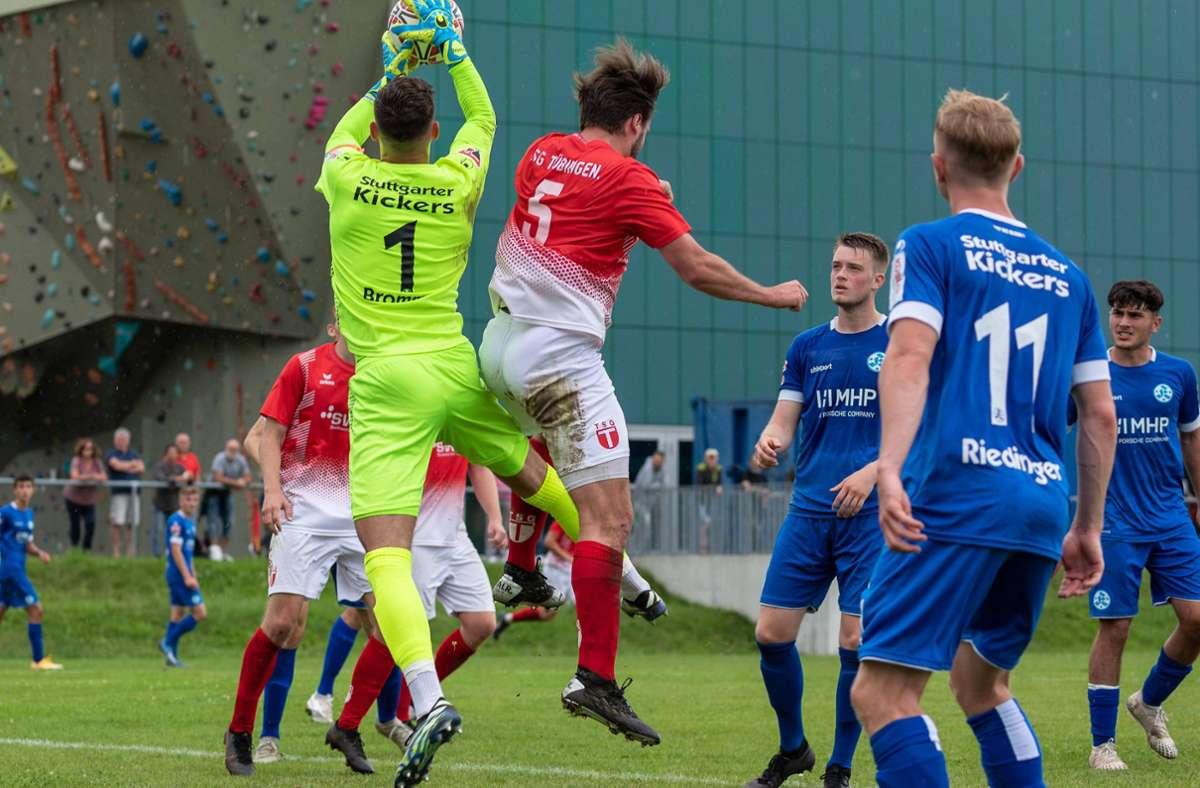 Kickers-Keeper Thomas Bromma greift beim Test in Tübingen sicher zu – dennoch musste er zwei Gegentore hinnehmen. Foto: imago/Eibner