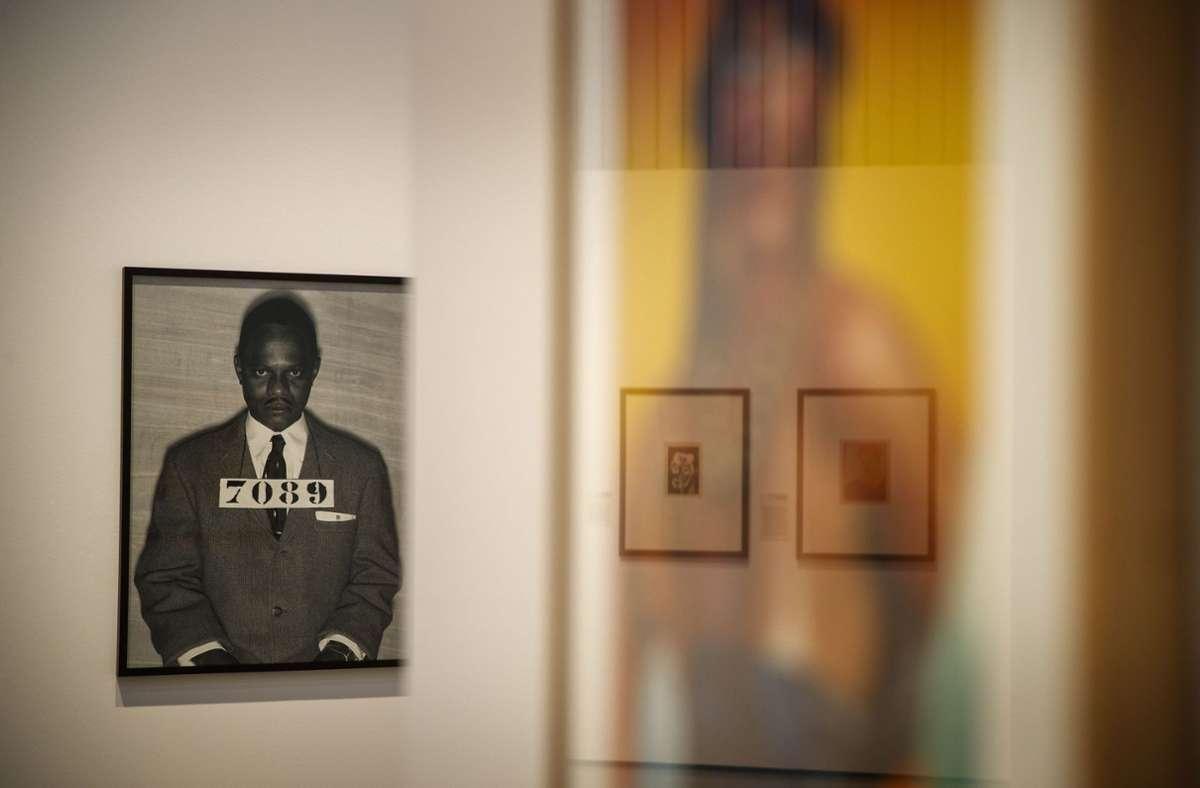 Der afrikanische Fotograf Samuel Fosso ist auf diesem Bild links  in die Rolle des im Jahr 1956  verhafteten Aktivisten Martin Luther King geschlüpft. Foto: Gottfried Stoppel