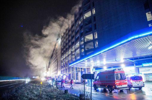 Mehrere Autos im siebten Stock in Brand geraten