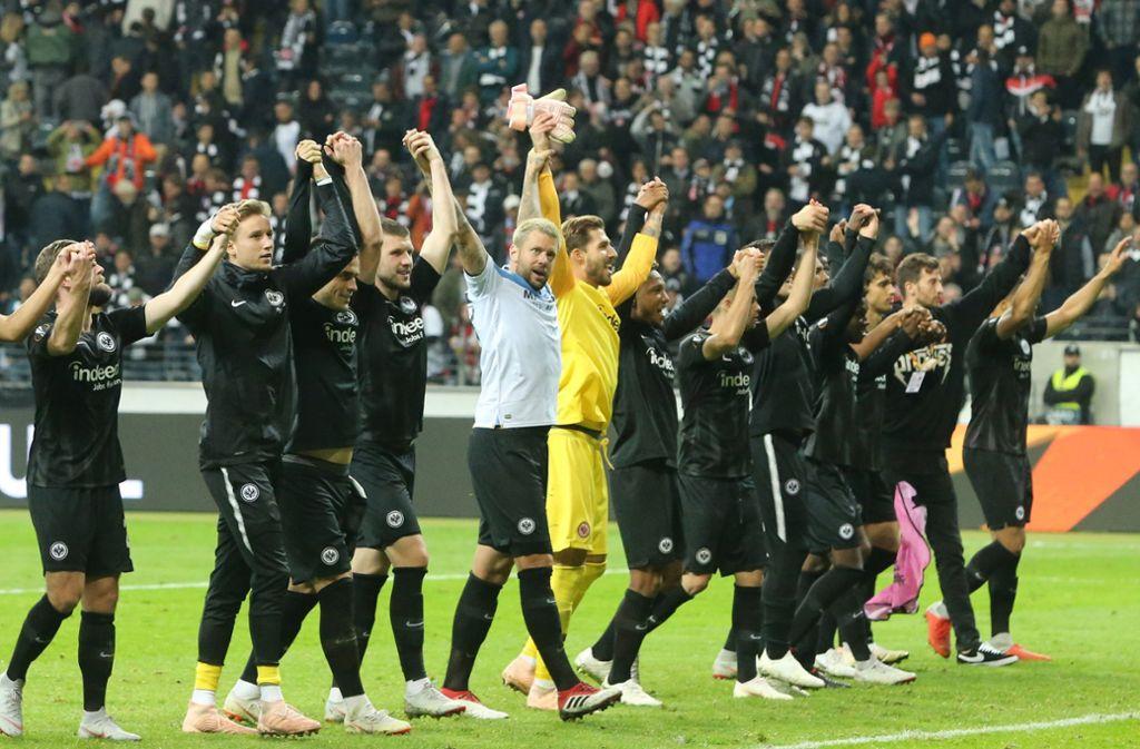 Bedanken sich bei ihren tollen Fans: Die Spieler von Eintracht Frankfurt. Foto: dpa