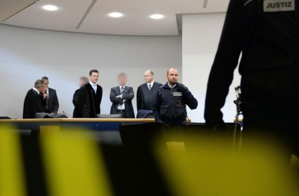 Die im Wasserwerfer-Prozess angeklagten Polizisten am Landgericht Stuttgart Foto: dpa