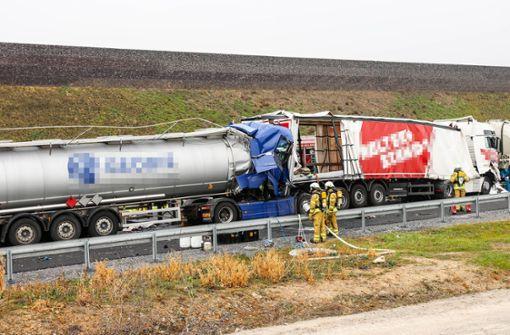 Lkw-Fahrer stirbt bei Auffahrunfall - Vollsperrung auf A6