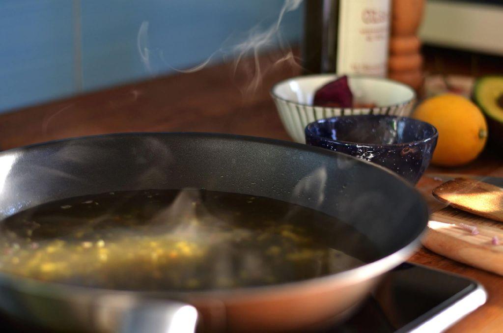 Zwiebel und Knoblauch in der Pfanne andünsten und mit Gemüsebrühe ablöschen... Foto: privat