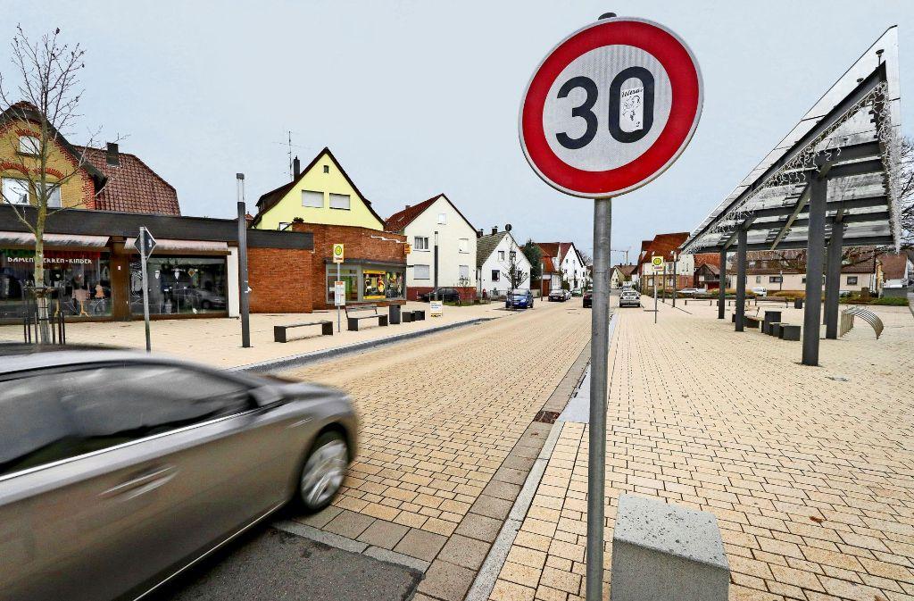 Wird auf der Bahnhofstraße zu schnell gefahren, wird es für die Anwohner sehr laut. Das Pflaster verstärkt das Problem. Foto: factum/Granville