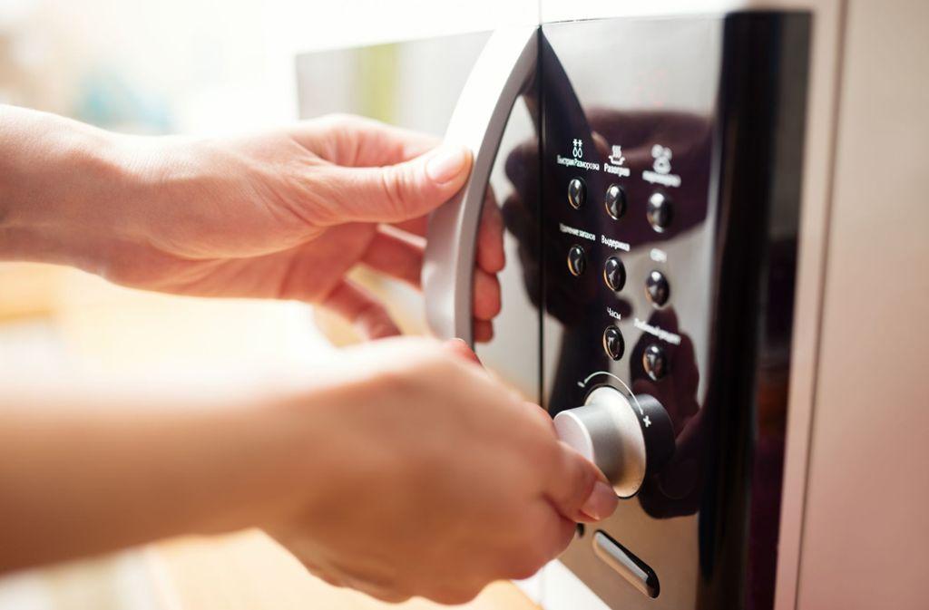 Das ging schief: Eine Frau wollte ein nasses Telefon in der Mikrowelle trocknen. (Symbolbild) Foto: Shutterstock/Kostenko Maxim
