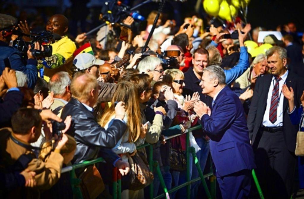 Touch the President! Joachim Gauck gibt sich als Bundespräsident zum Anfassen. Was sonst alles bei den Feierlichkeiten in Stuttgart passiert ist, sehen Sie in unserer Bildergalerie. Foto: