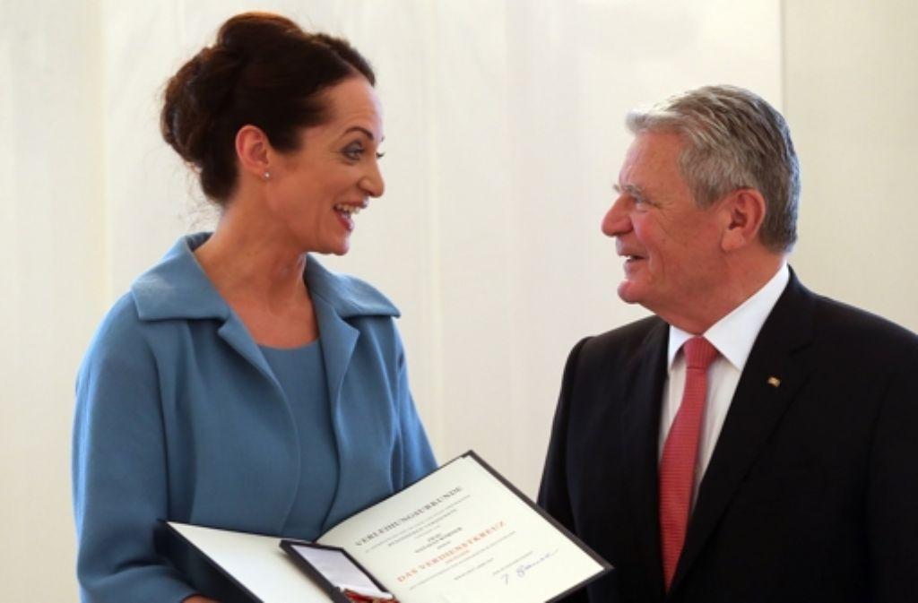 Bundespräsident Joachim Gauck verleiht  Natalia Wörner das Bundesverdienstkreuz für ihr Engagement nach der Flutkatastrophe in Thailand. Foto: dpa