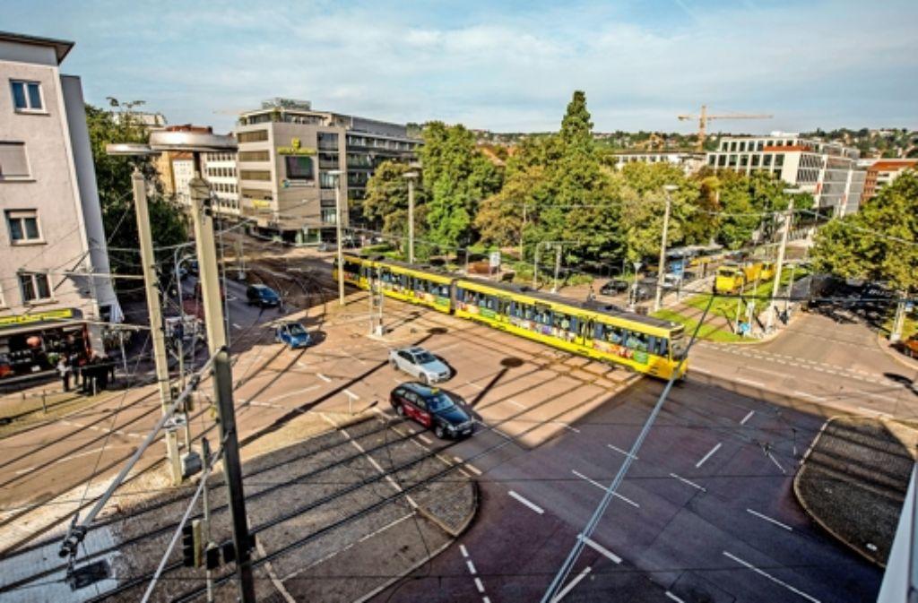 Auf dem  Berliner Platz sind besonders viele Stadtbahnen unterwegs. Die Kreuzung  wird für eine Million Euro  umgestaltet, um bessere Überwege zu bieten. Foto: Martin Stollberg