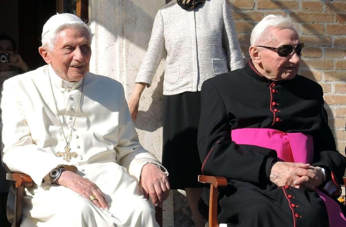 Der emeritierte Papst Benedikt XVI. (l) und sein Bruder Georg Ratzinger im Jahr 2017 vor dem Kloster Mater Ecclesiae in den Vatikanischen Gärten im Vatikan. (Archivbild) Foto: dpa/Lena Klimkeit