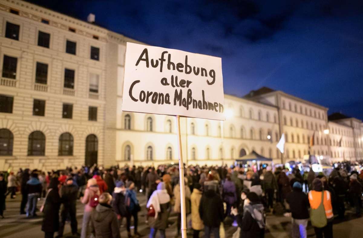 Ein Schild mit der Aufschrift ·Aufhebung aller Corona Maßnahmen· ist bei einer Demonstration der Querdenken-Bewegung in Bayern. (Archivbild) Foto: dpa/Matthias Balk