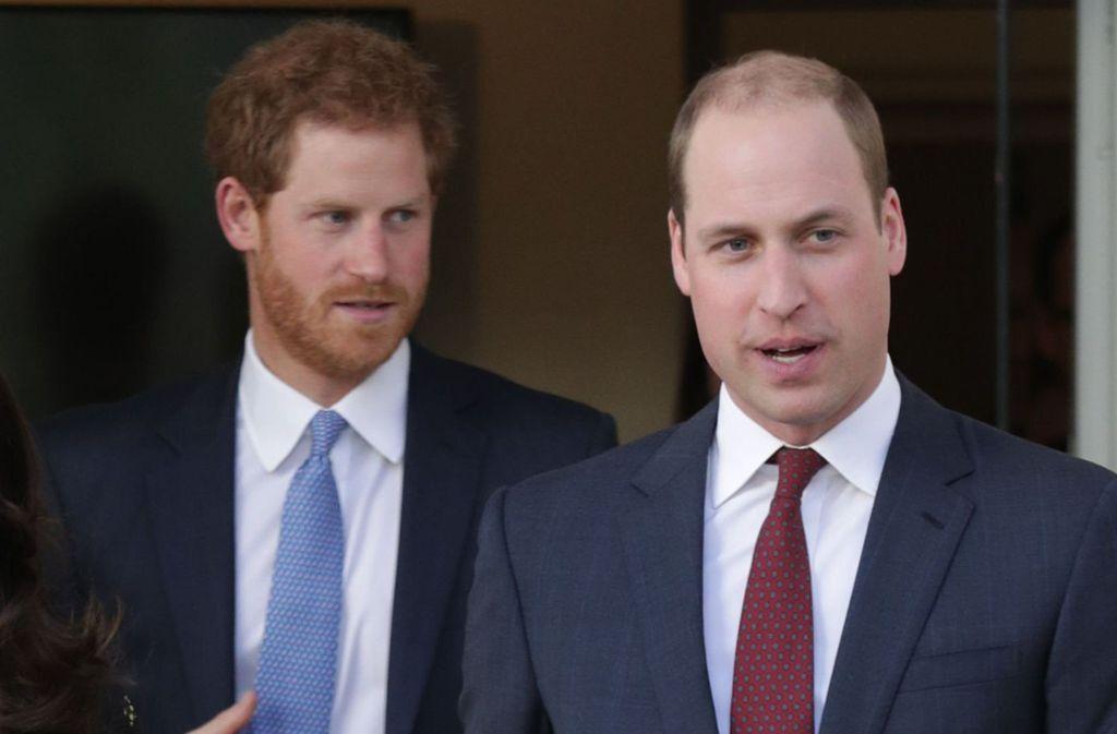 """Die britischen Prinzen Harry (links) und William gelten  als """"Dreamteam"""". Doch in jeder Familie gibt es mal Unstimmigkeiten, auch bei den Royals. Prinz Harry hat es ausgeplaudert. Foto: dpa/Yui Mok"""