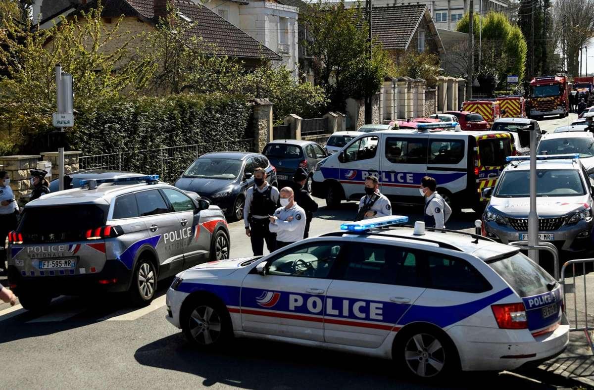 Die Straßen vor dem Polizeirevier in Rambouillet, wo eine Frau von einem Islamisten getötet wurde, sind großräumig abgesperrt. Foto: AFP/BERTRAND GUAY