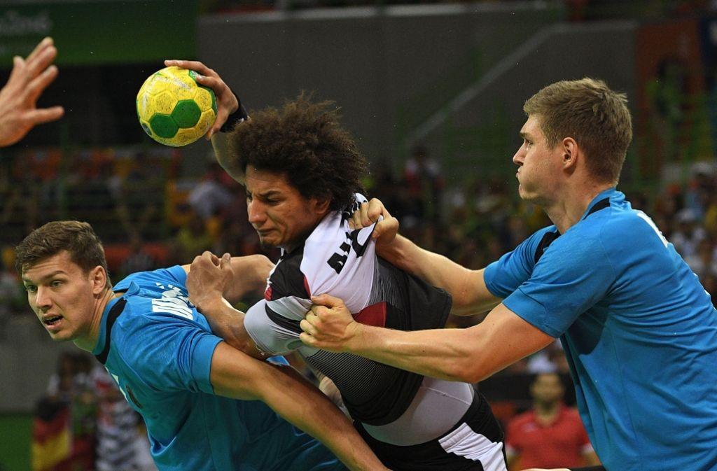 Hart am Mann: Die deutschen Handballer nehmen in Rio den Ägypter Ali Mohamed in die Zange. Foto: afp