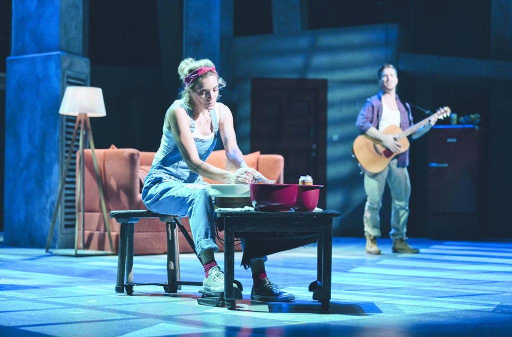 Roberta Valentini (li.) als Molly, Riccardo Greco als Sam Foto: Stage Entertainment/Manuel Harlan