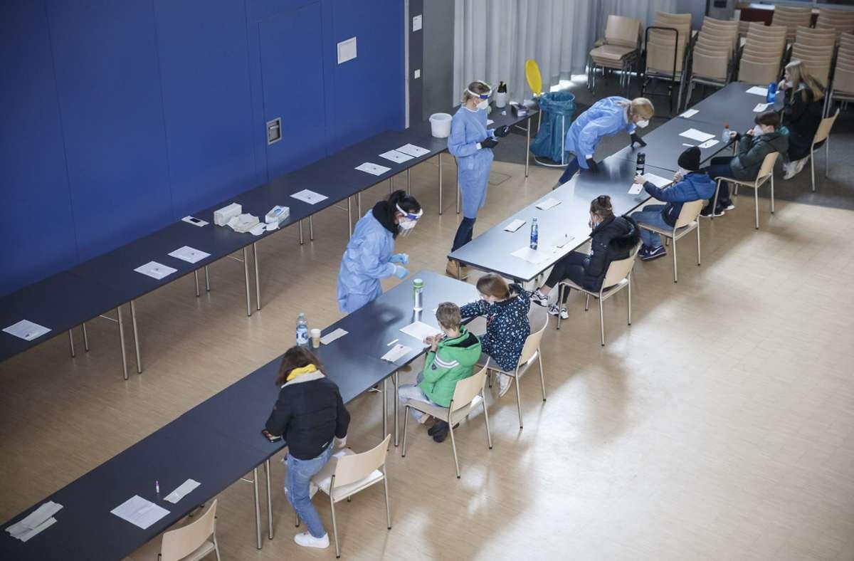 An langen Tischen machen die Schüler den Spucktest. Foto: Lichtgut/Julian Rettig