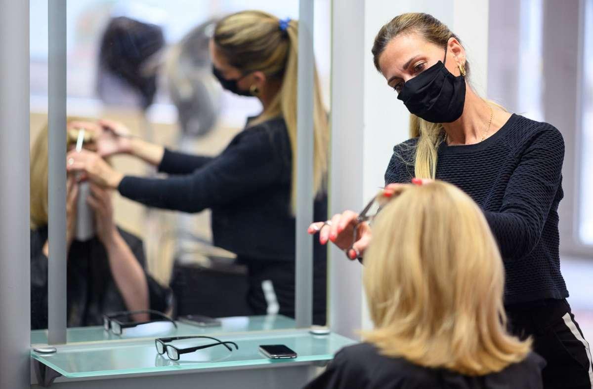 Friseure dürfen ab März wieder öffnen. (Symbolbild) Foto: dpa/Sebastian Gollnow