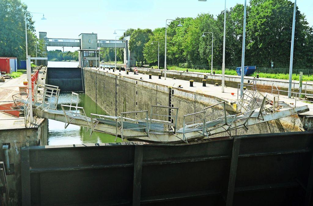 Der Stoßbalken, der hinter der lädierten Fußgängerbrücke liegt, muss  abgebaut werden. Dann wird das  Schleusentor  aus den Angeln gehoben. Foto: Werner Kuhnle