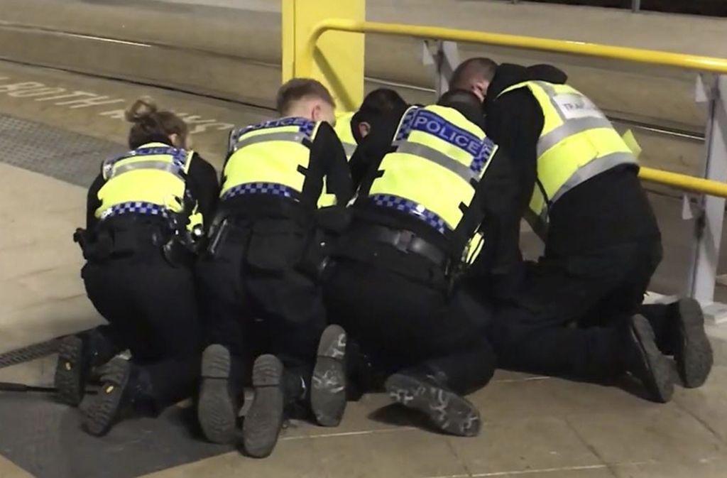 Polizeibeamte überwältigen einen Mann, der in Manchester drei Menschen verletzt hat. Foto: PA