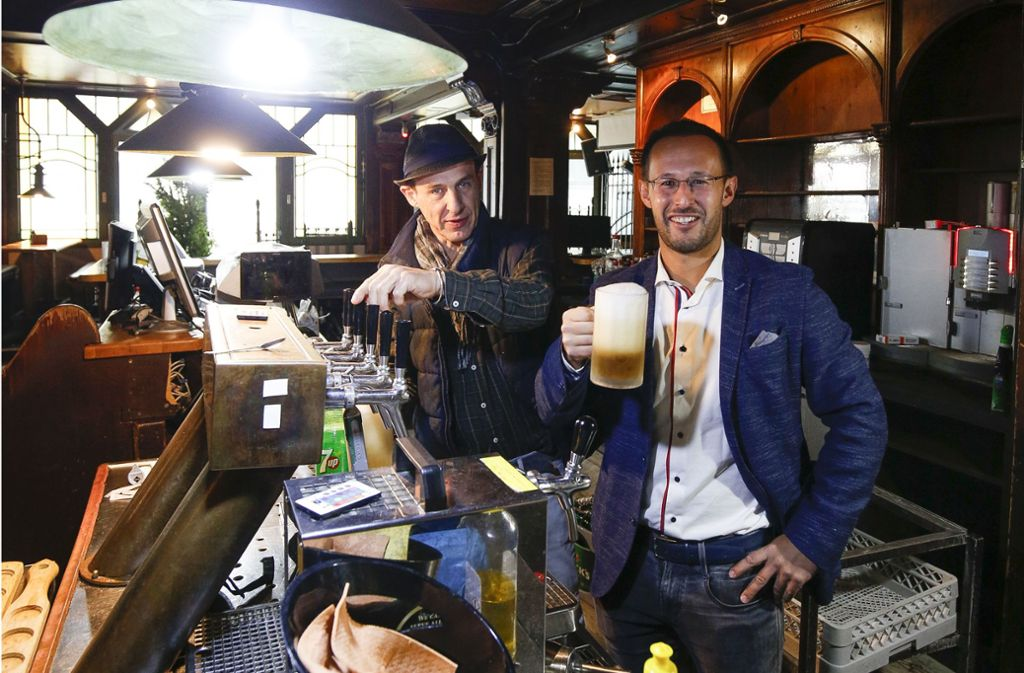 Ein letztes Bier: Marcus Montalbano und Auktionator Andreas von Brühl (rechts) Foto: Lichtgut/Leif Piechowski