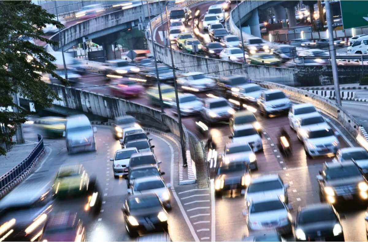 Hier erfahren Sie, in welchen Ausnahmen man rechts überholen darf und welche Strafe bei Verstößen droht. Foto: monticello / Shutterstock.com