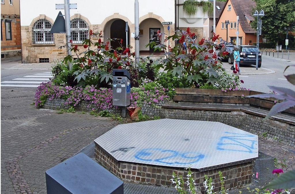 Der Platz gegenüber des Bezirksrathauses soll neu gestaltet werden. Foto: Kuhn