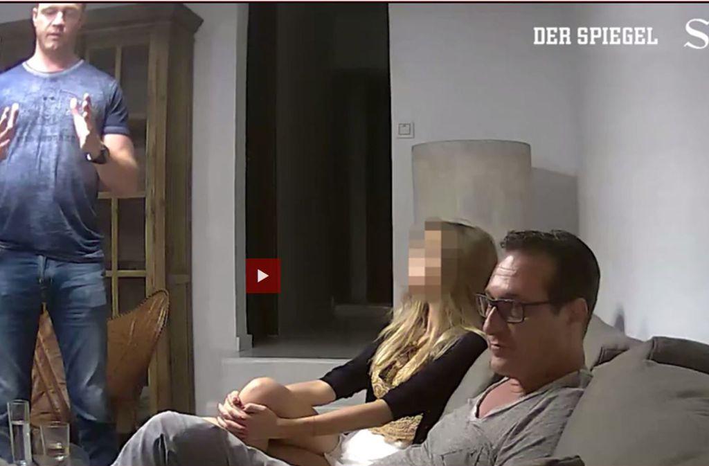 Screenshot aus dem Video: Johann Gudenus (links) übersetzt, Heinz-Christian Strache hört zu. Foto: dpa