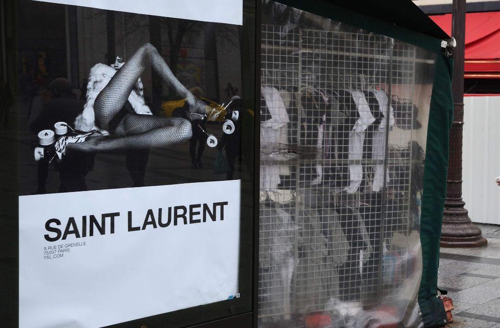 Die mittlerweile wieder abgehängten Plakate des Luxus-Modehauses Yves Saint Laurent sorgten mit ihren sexistischen Darstellungen für Aufsehen. Foto: AFP