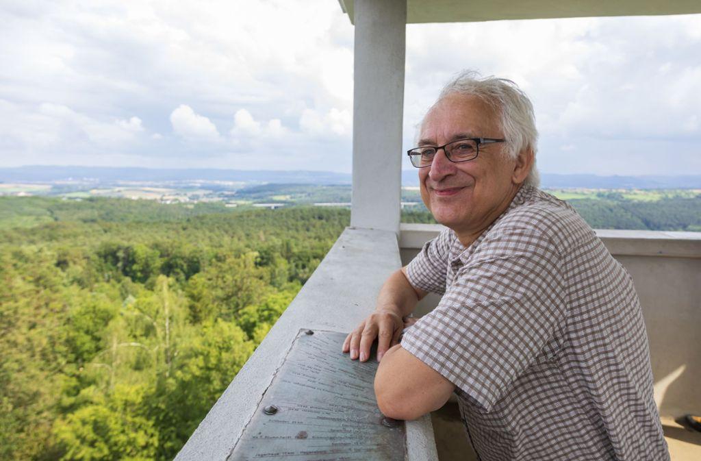 Wolfgang Kirchner aus Plattenhardt genießt die Aussicht vom Uhlbergturm. Foto: Thomas Krämer