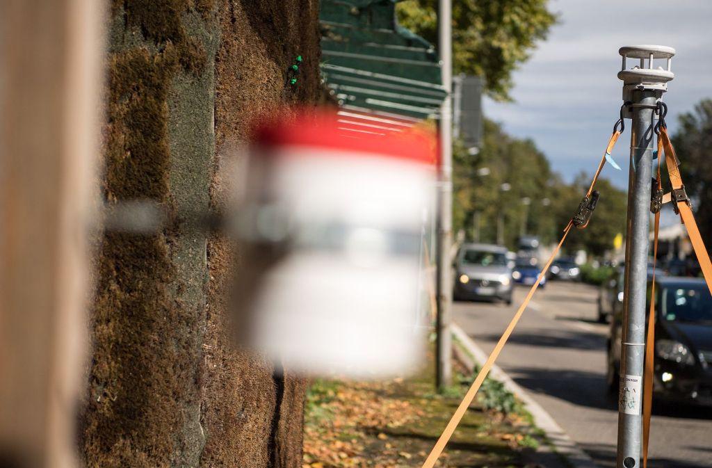 Die Feinstaub-Messgeräte an der Mooswand in Stuttgart. Foto: dpa