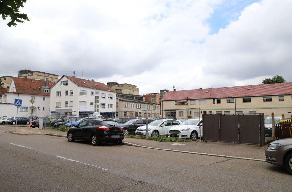 Hier, an der Ecke Esslinger Straße/Auberlenstraße in Bahnhofsnähe, könnte eines Tages ein Parkhaus errichtet werden. Foto: Patricia Sigerist