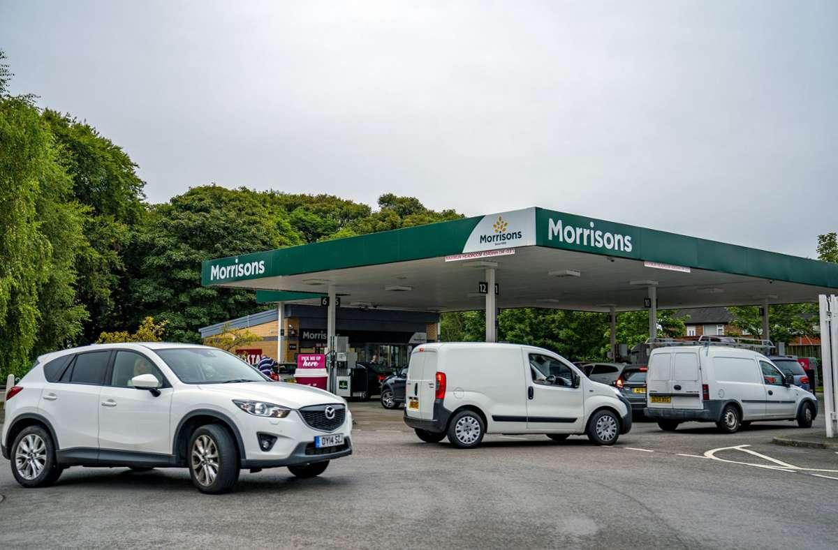 Autofahrer stehen an einer Tankstelle in Liverpool für Benzin an. Foto: dpa/Peter Byrne