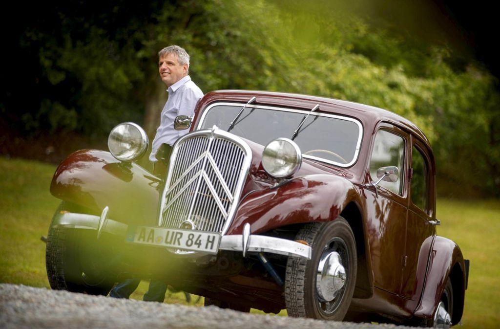Der Kfz-Meister Rudi Beck mit dem Citroën 11CV eines Kunden Foto: Gottfried Stoppel