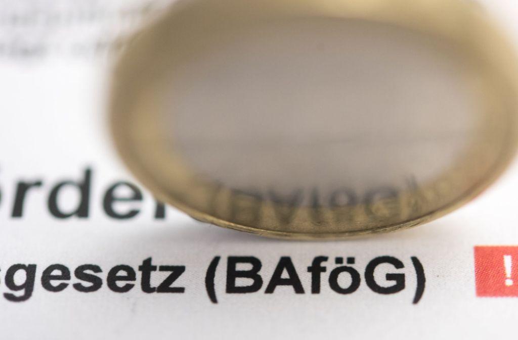 Wegen steigender Wohnkosten soll der Wohnzuschlag für nicht bei den Eltern wohnende Bafög-Geförderte 2019 von 250 Euro auf 325 Euro angehoben werden. Foto: dpa-tmn