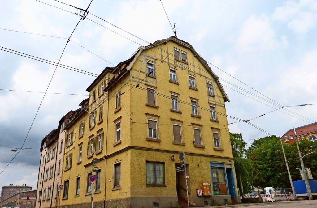 Das Gebäude Daimlerstraße 100: heruntergekommen, aber markant und stadtteilprägend. Der Bezirksbeirat spricht sich gegen den Abriss aus. Foto: Uli Nagel