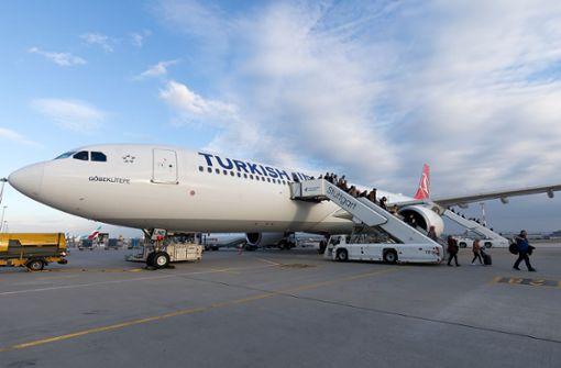Am Flughafen Stuttgart treffen heimgeholte Urlauber ein